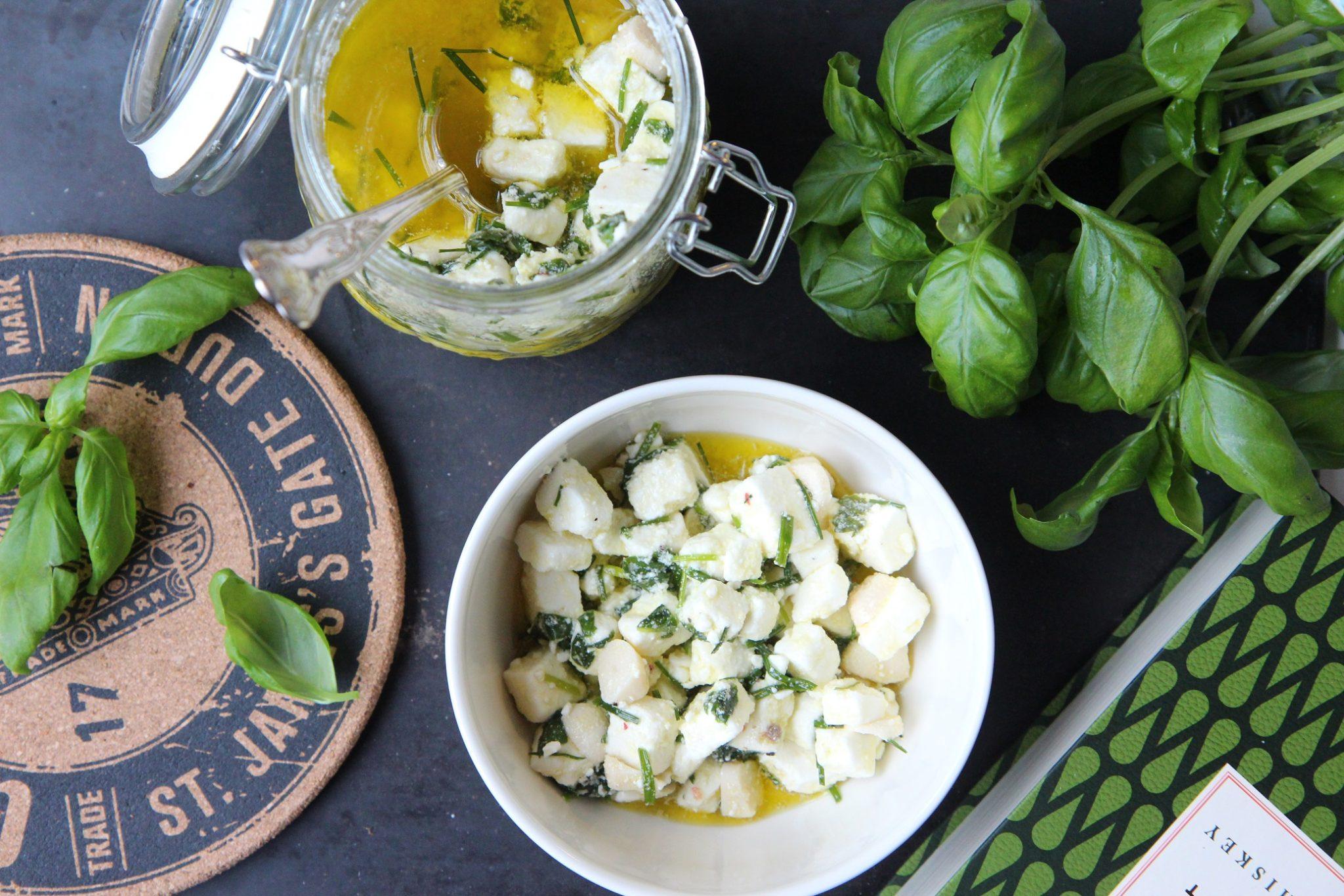 Salaatin kruunaa marinoitu feta