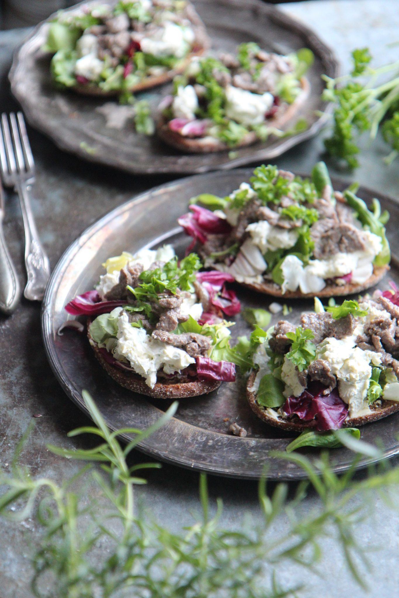 Hellepäivän pelastus - salaattileipä naudan minuuttisuikaleilla ja homejuustokastikkeella