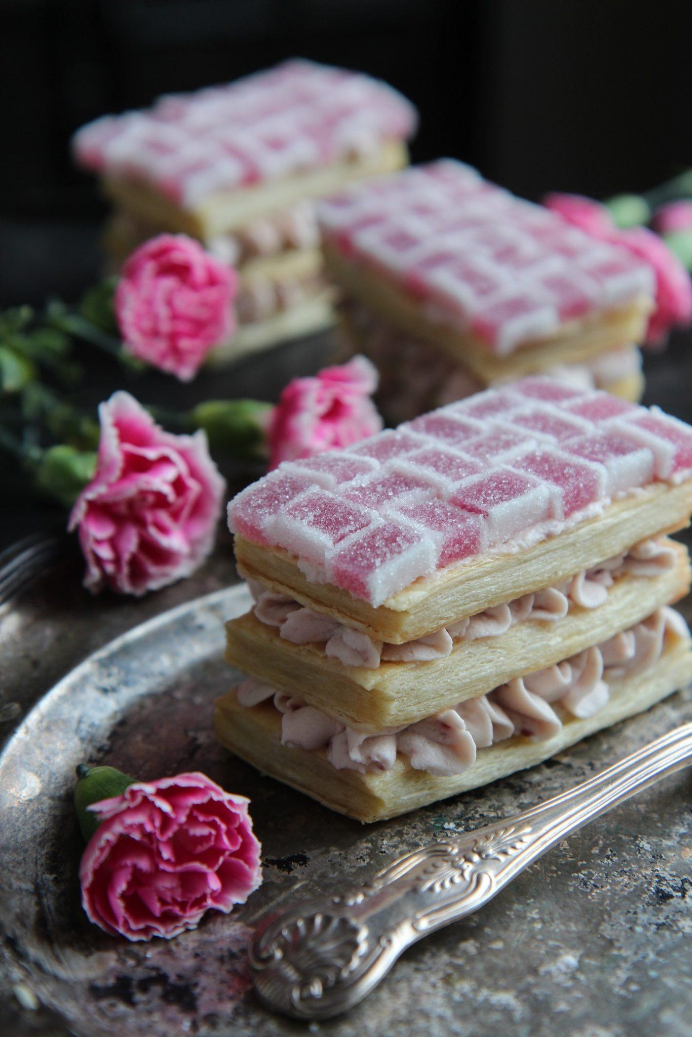 Ystävänpäiväleivokset ruusuisella vadelmatäytteellä ja kettukarkkimarmorilla