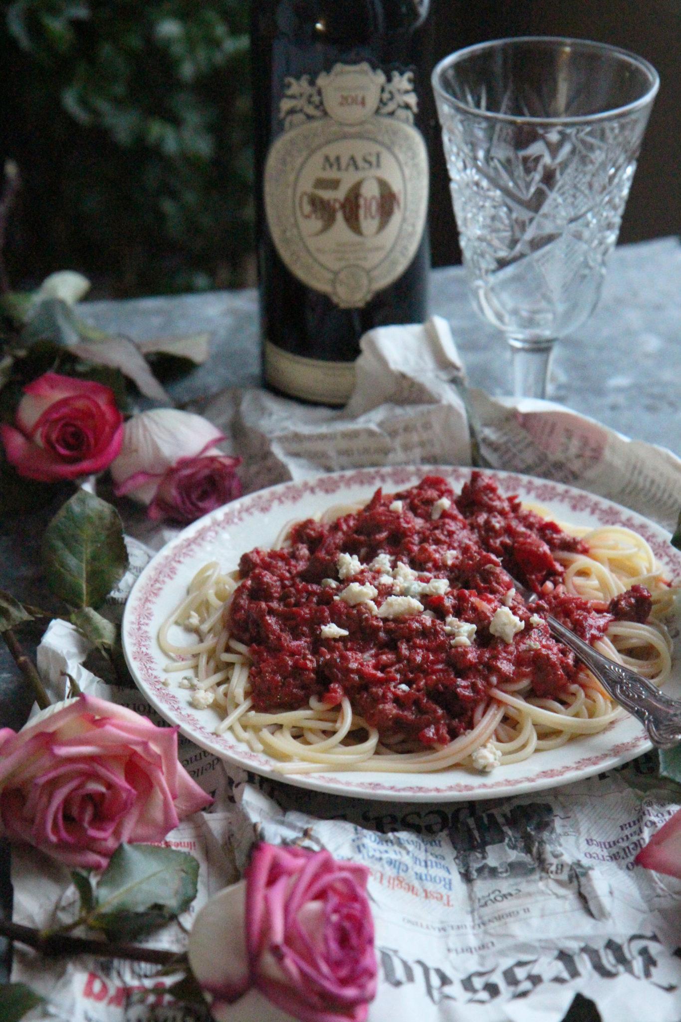 Viikko 6: Romantiikan nälkään rakkaudenpunainen jauhelihakastike homejuustolla