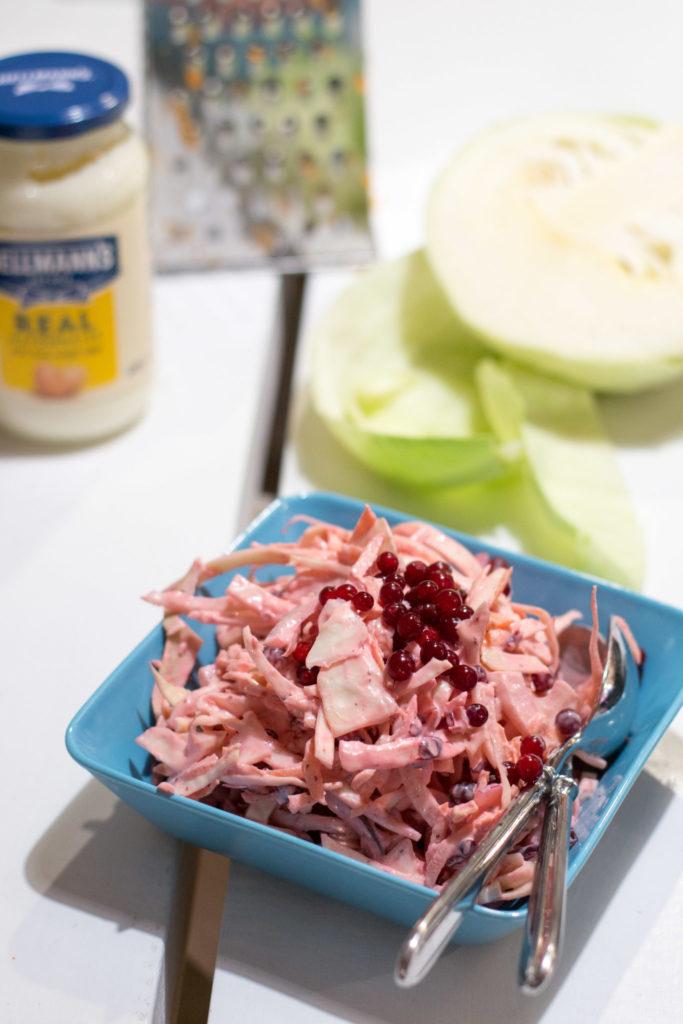 Pinkki väriläiskä lautasella: Puolukka-coleslaw