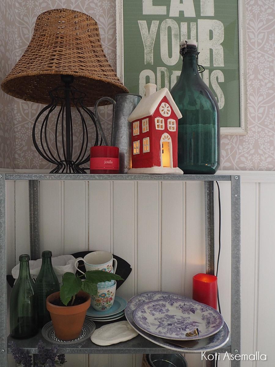 Jouluinen olohuone ja keittiö sekä nimikisa