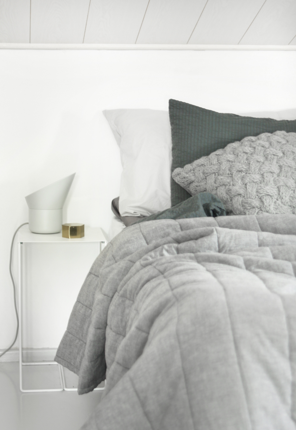 harmaa makuuhuone