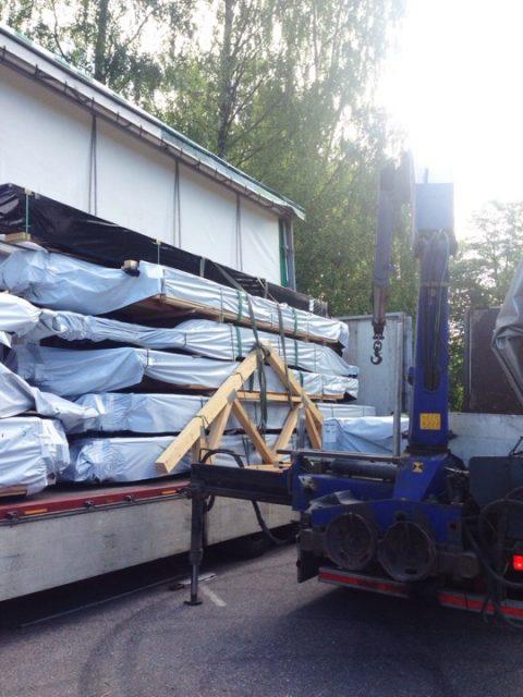 Hirsipaketit siirrettiin perävaunusta etuvaunuun, jolla ne ajettiin tontille.