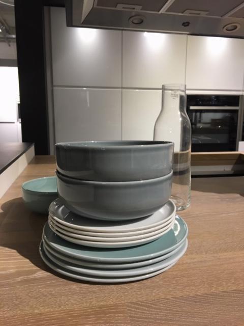 Kauniit, yhteen sointuvat astiat saavat olla keittiössä esillä.
